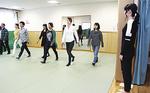 歩き方を指導する桐島さん(右)