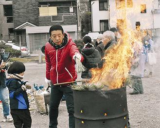 しめ飾りを焼く住民