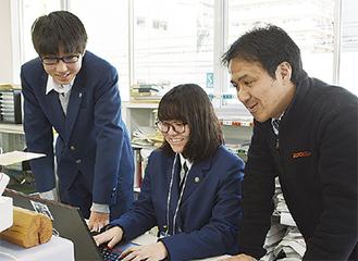 記事作成に取り組む(左から)藤谷君と山室さん