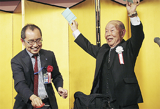 マジックを披露した大竹会長(右)と協力した大木節裕区長