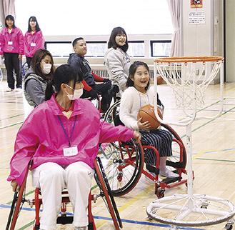 車いすバスケの試合をする参加者