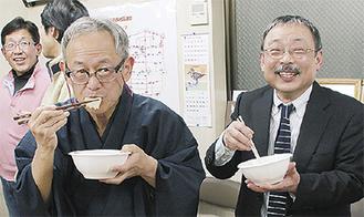 花こんにゃくを製造している小林社長(右)と参加者