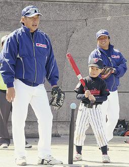 子どもに指導する西崎さん(左)と里崎さん(右)