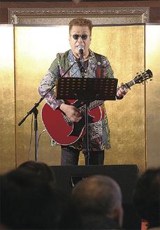寺の講堂で歌う嘉門さん