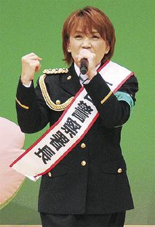 南公会堂で歌う松本さん(昨年10月)