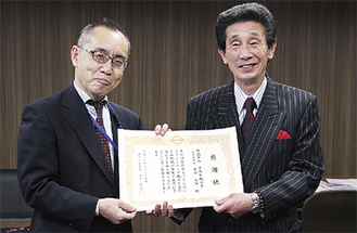 感謝状を手にする平岡社長(右)と大木区長