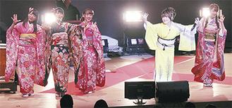 黄色の着物で会場を盛り上げる松本さん(右から2人目)