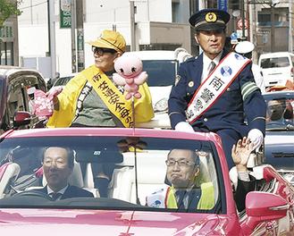 オープンカーに乗る若尾署長(右上)、大木区長(右下)ら