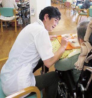 栄養ケアを行う管理栄養士の山田さん