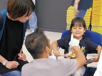 歯科医師の診察を受ける子ども