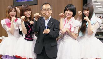 区長室で「ポニカポーズ」を決める左から入船あんさん、太田あかりさん、大木区長、港ゆきさん、住吉かのんさん