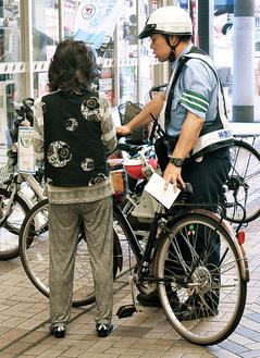 弘明寺商店街で指導を行う警察官