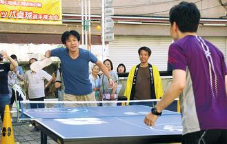 優勝した佐藤さん(左)