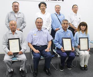 小出署長(前列左から2人目)から感謝状を受け取った(前列左から)金城さん、一人おいて小川さん、萩原さんと3人の会社関係者