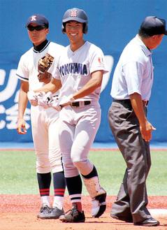 決勝戦で安打を放ち、笑顔を見せる齊藤選手