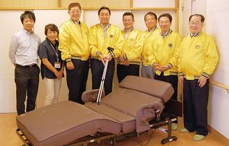 黄色のジャンバーを着た港南台LCのメンバーとたまてばこの職員