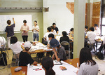 新拠点でアイデアを発表する横浜国大の学生