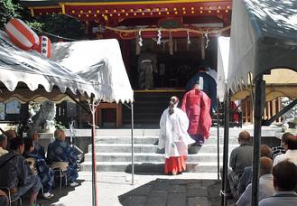 神殿に向かう宮司ら