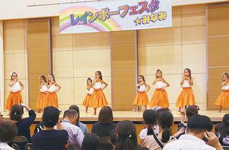 地区センターで披露された子どものフラダンス