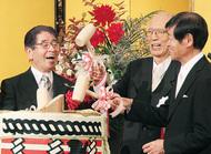 八亀さんの叙勲祝う