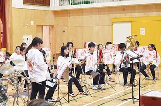 演奏する藤の木中学校吹奏楽部