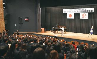 谷川さんの指揮で合唱を行う生徒