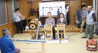 町内会館で練習する松井さん(中央)ら