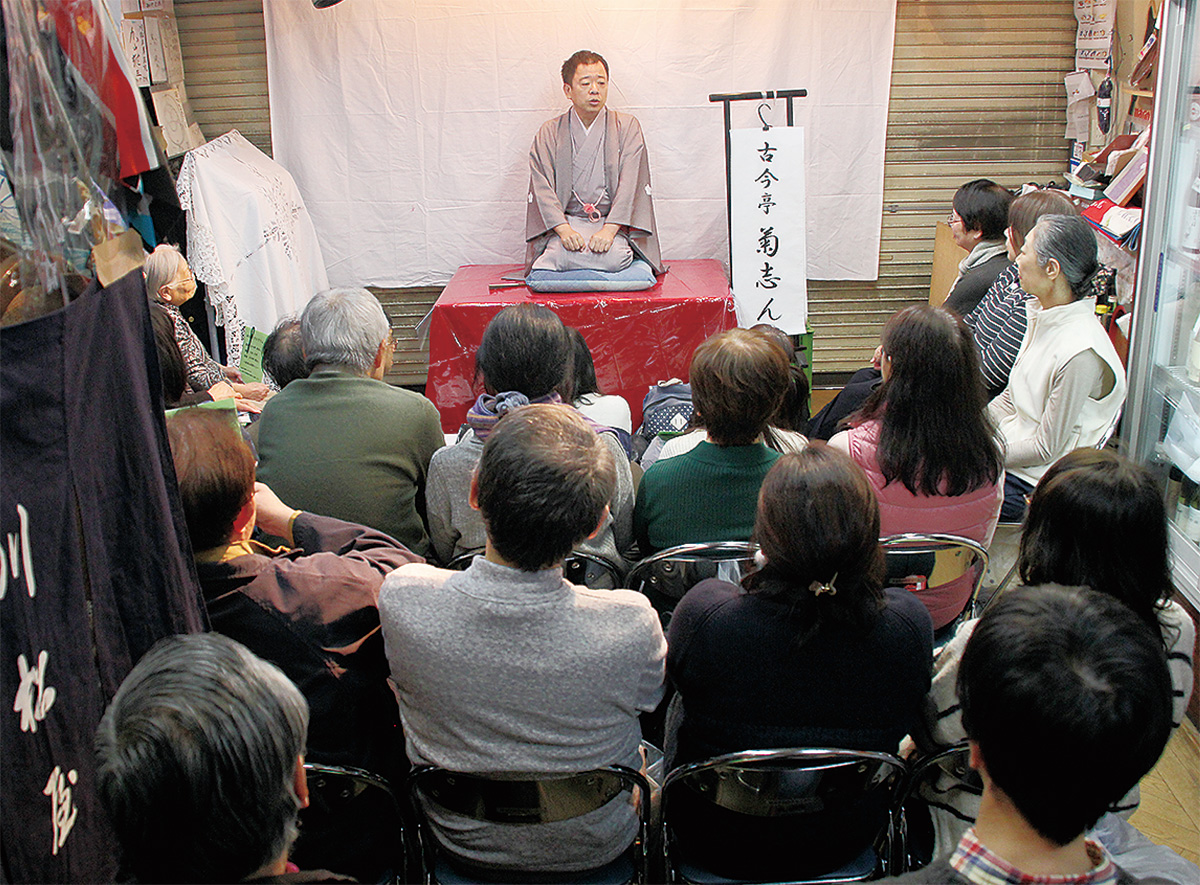 店内に設けられた高座で演じる菊志んさん