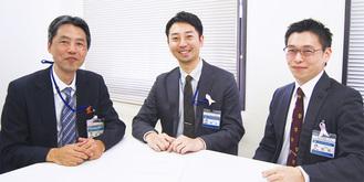 論文を作成した鈴木医師(中央)と市職員