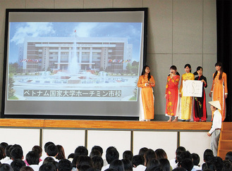 校内で海外活動報告会を行う生徒