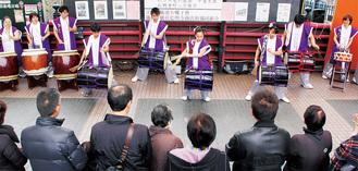 橋の上で演奏する久良岐太鼓