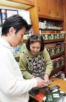 キャッシュレス決済で商品を購入する買物客