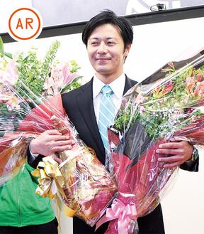 支持者と当選を喜ぶ遊佐氏(7日、午後11時50分)