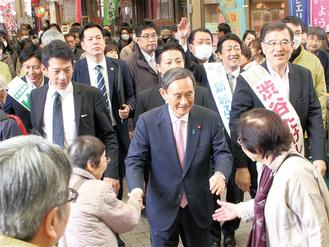 市議・県議候補を応援するために弘明寺商店街を練り歩いた菅氏(3月30日)