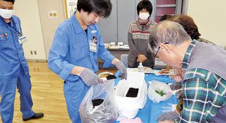 「土壌混合法」の実演を行う局員と参加者