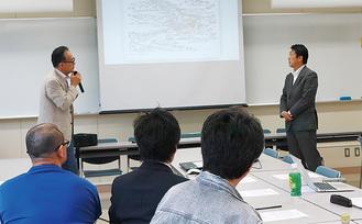 弘明寺周辺の歴史などを説明する新井さん(左)
