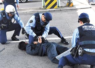 犯人を確保する警察官
