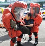防護服を着用し、負傷者を救助