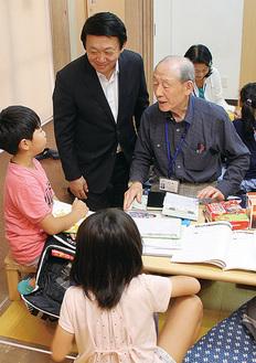 「おさん」で過ごす児童(左から2人目は視察した持田社長)