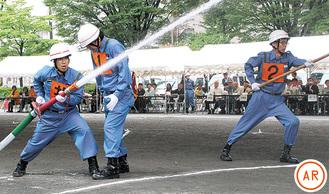 放水を行う第六分団の団員