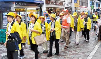 商店街を歩き、事故防止を呼び掛ける参加者