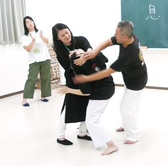 不審者への対応を指導する花元さん(右)