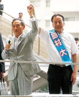 菅官房長官(左)の応援を受ける島村氏(5日、上大岡駅前)