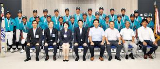 松山区長(前列左から3人目)と選手、加藤監督(同右端)ら