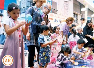 横浜橋の縁日を訪れた子ども