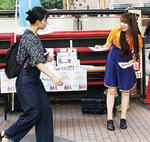 弘明寺商店街でキャンペーンのチラシを配るポニカロードのメンバー