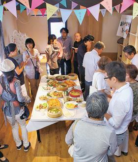 お披露目式に集まった参加者(9月26日)