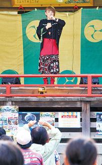 神楽殿で歌う松本梨香さん