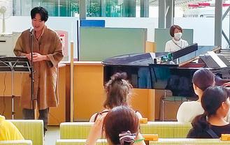 美声を披露する高橋さん(左)
