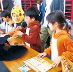 ハロウィーンイベントで仮装し、スタンプラリーに参加する子どもたち